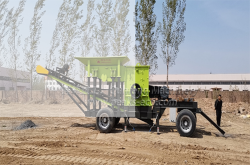 Mobile construction waste crusher